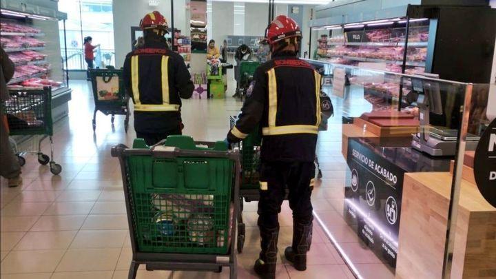 Los Bomberos de Fuenlabrada hacen y llevan la compra a su domicilio a personas de máximo riesgo por coronavirus