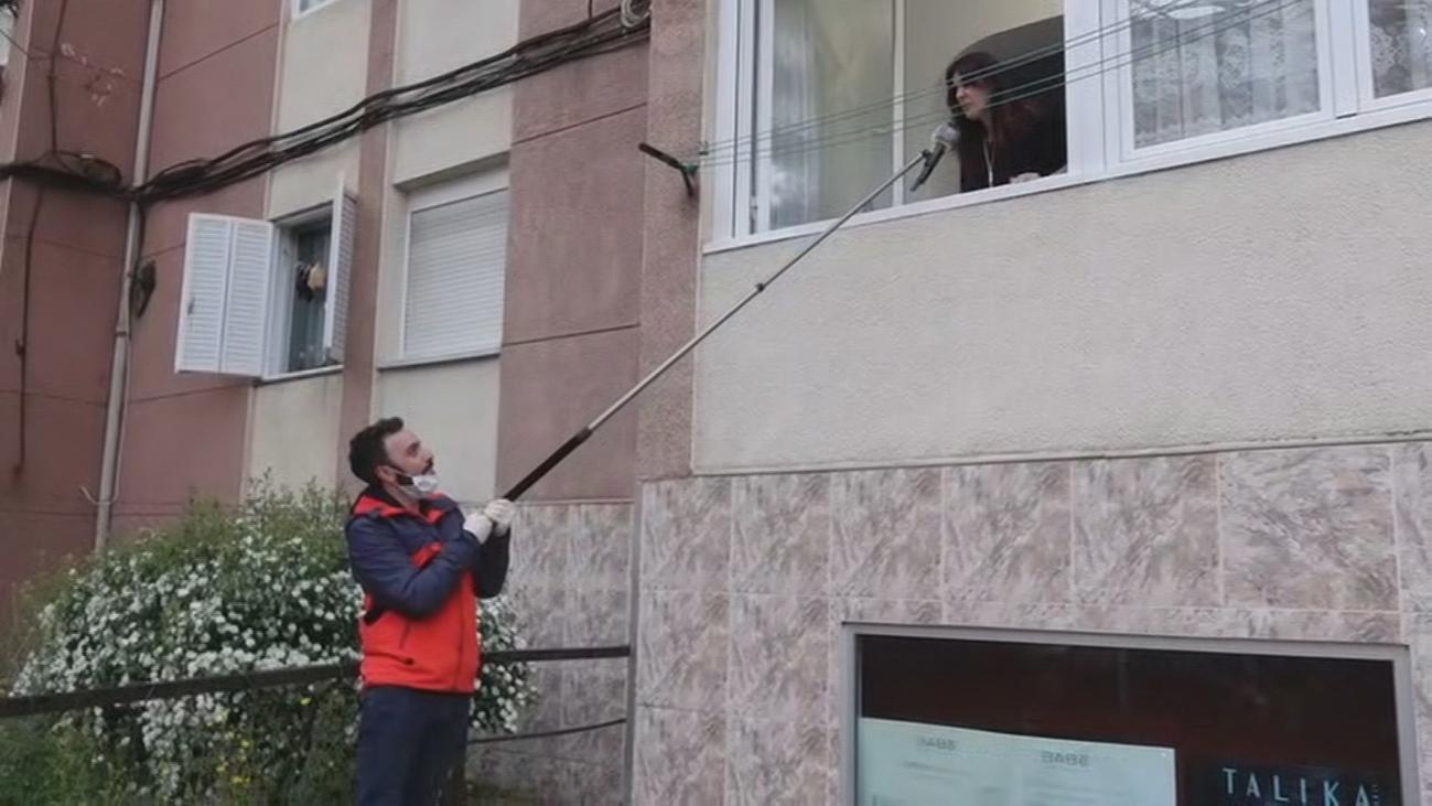El espectacular 'concierto' que ofrece cada tarde una pareja de ciegos en Hortaleza