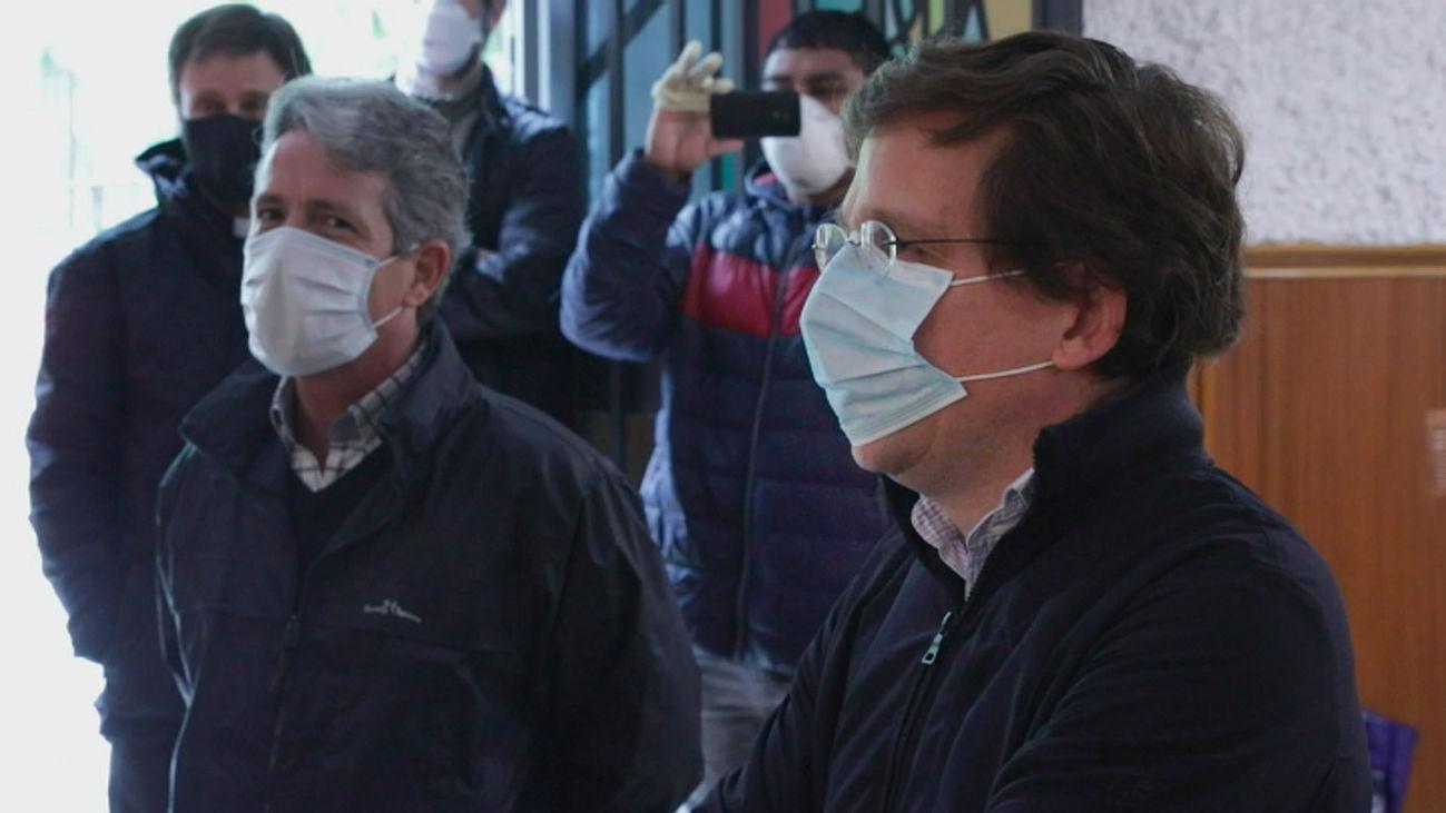 El alcalde de Madrid, José Luis Martínez-Almeida se protege con una mascarilla durante la crisis del coronavirus