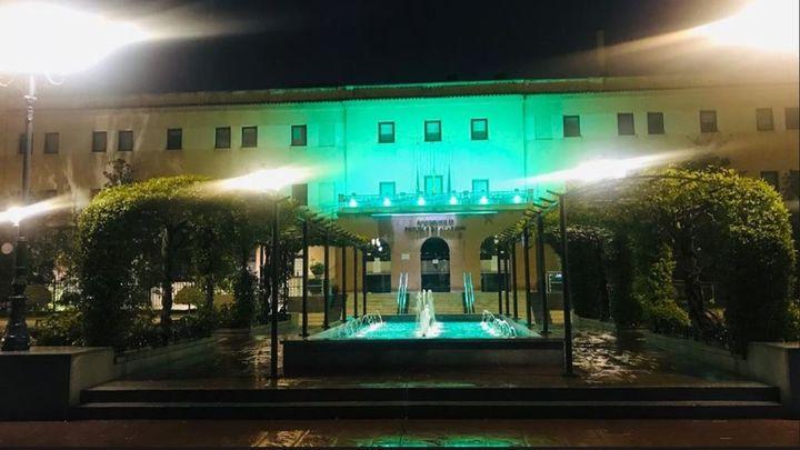 El Ayuntamiento de Pozuelo se ilumina con luz verde en apoyo a los sanitarios