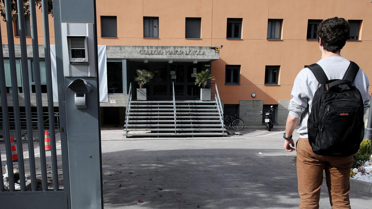 Un niño, ante su colegio cerrado por el coronavirus