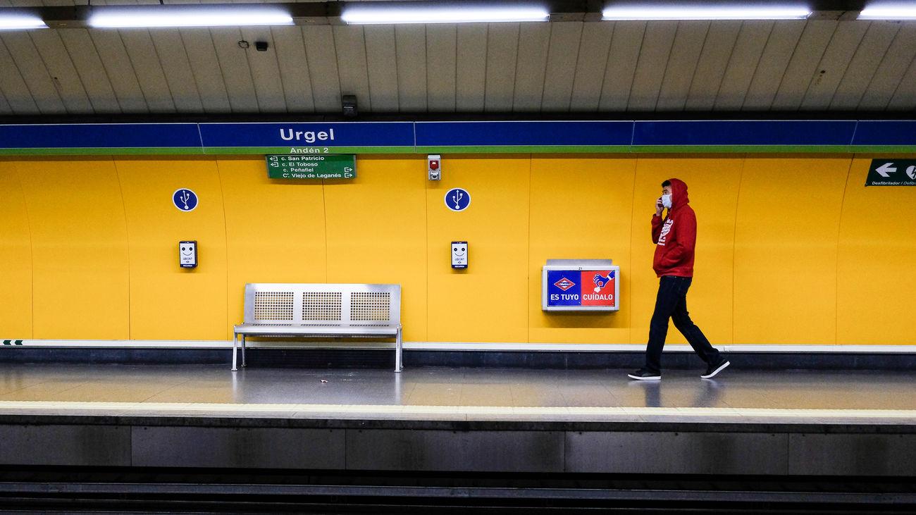 Un viajero espera en el Metro de Urgel