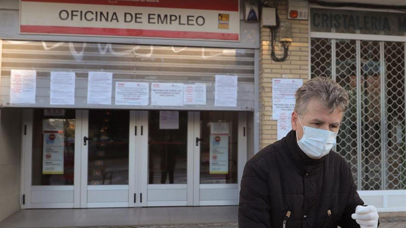 Un hombre, ante una oficina de empleo en plena crisis del coronavirus