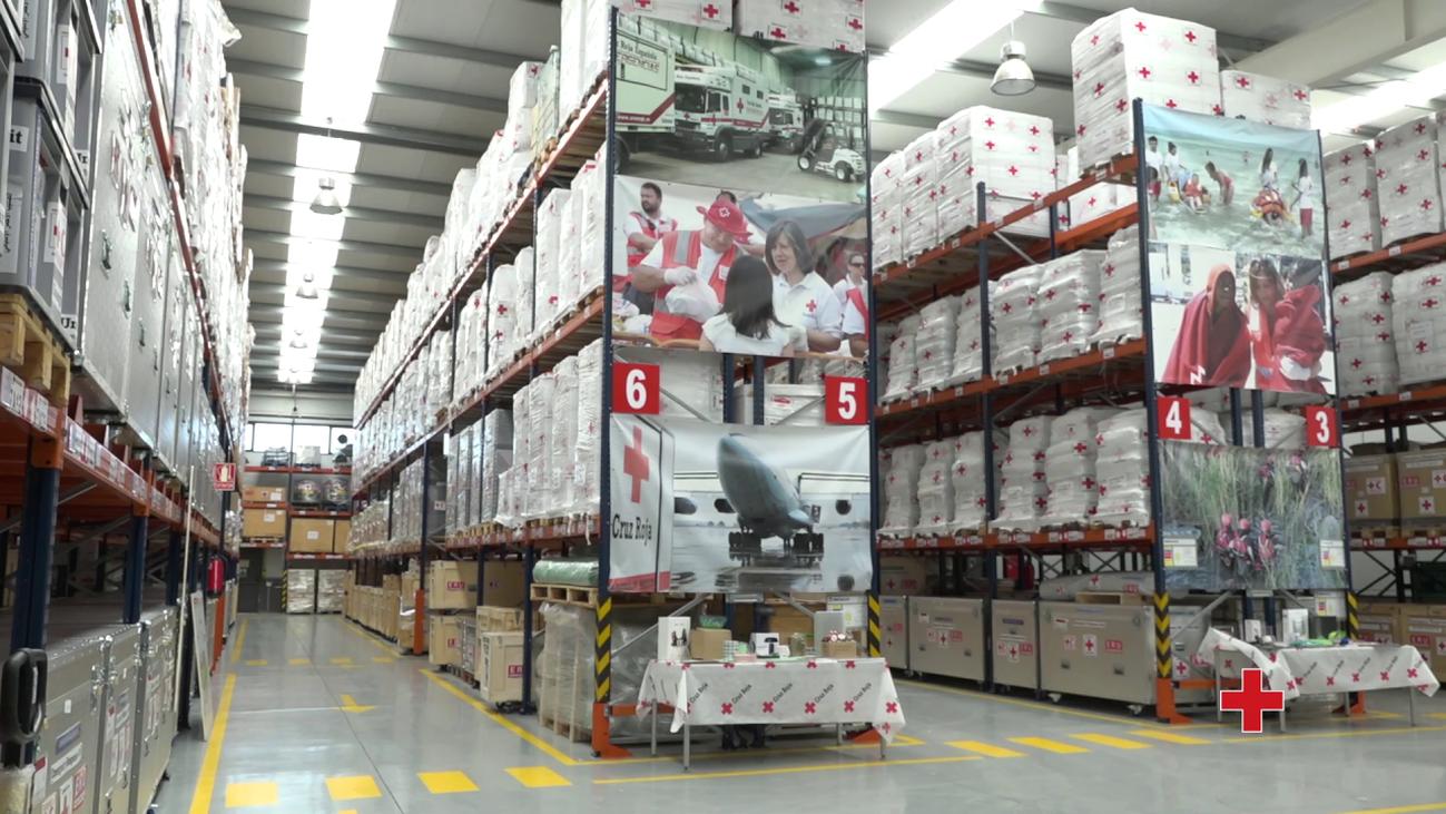 Cruz Roja reparte paquetes con alimentos y medicinas para las personas sin recursos en Madrid