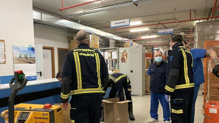 Bomberos de Madrid ayudan en el reparto de comida a familias desfavorecidas