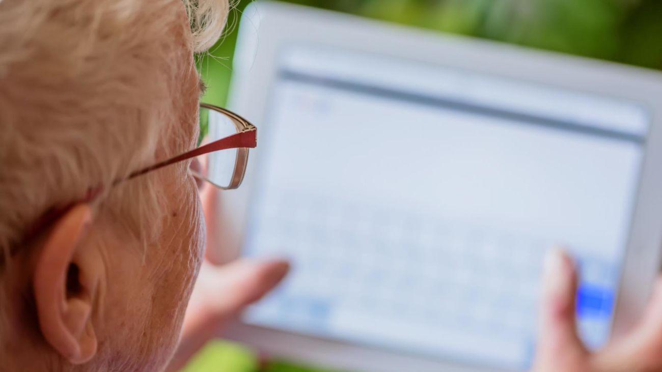 La Comunidad entrega 859 tablets a las residencias para que los usuarios contacten con sus familias