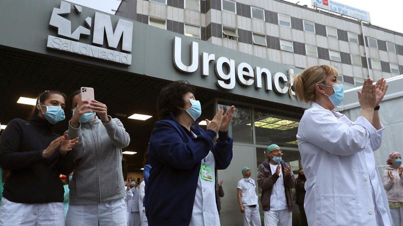 Personal sanitario de Madrid aplauden en el Hospital de La Paz