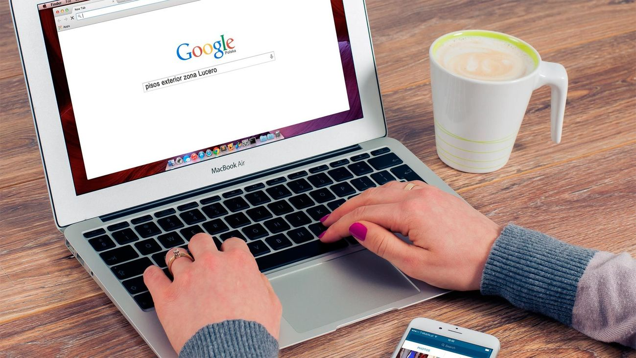 Una usuaria hace una búsqueda en Google