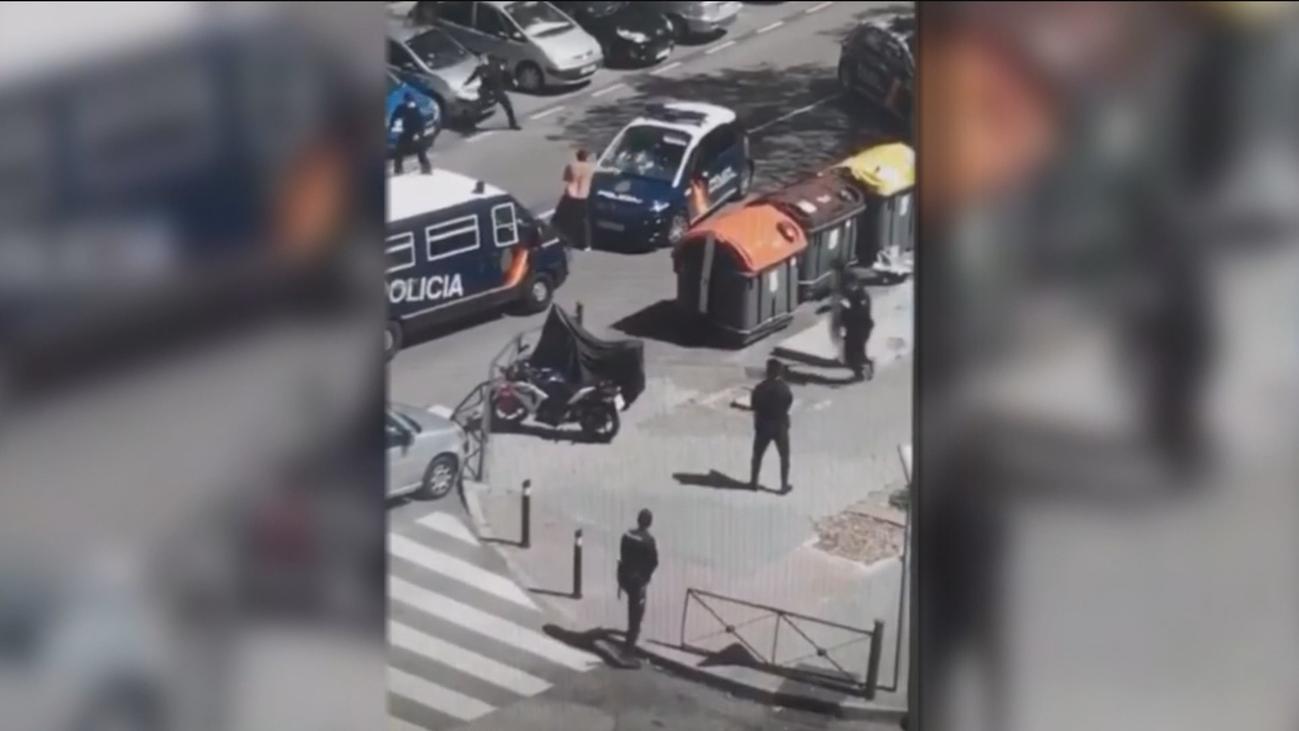 Un hombre la emprende a 'katanazos' contra la Policía Nacional en Moratalaz