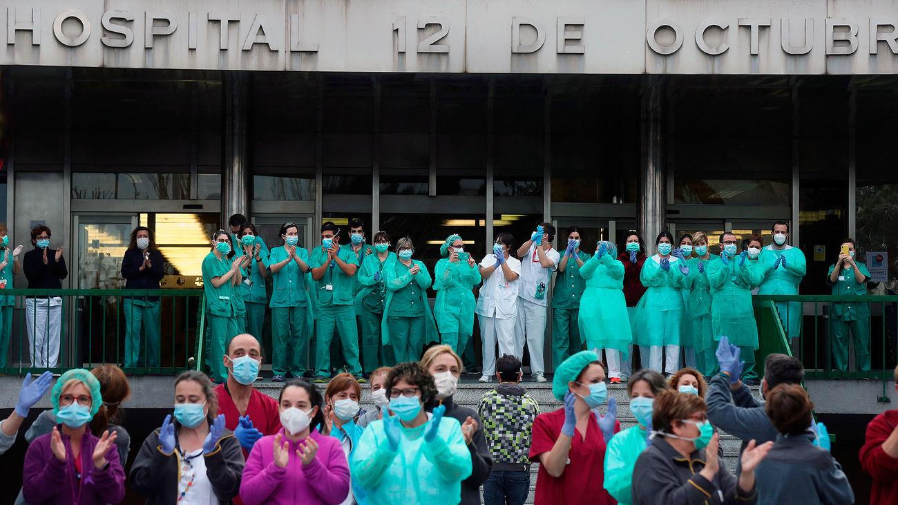 Sanitarios del Doce de Octubre aplauden en el exterior del hospital