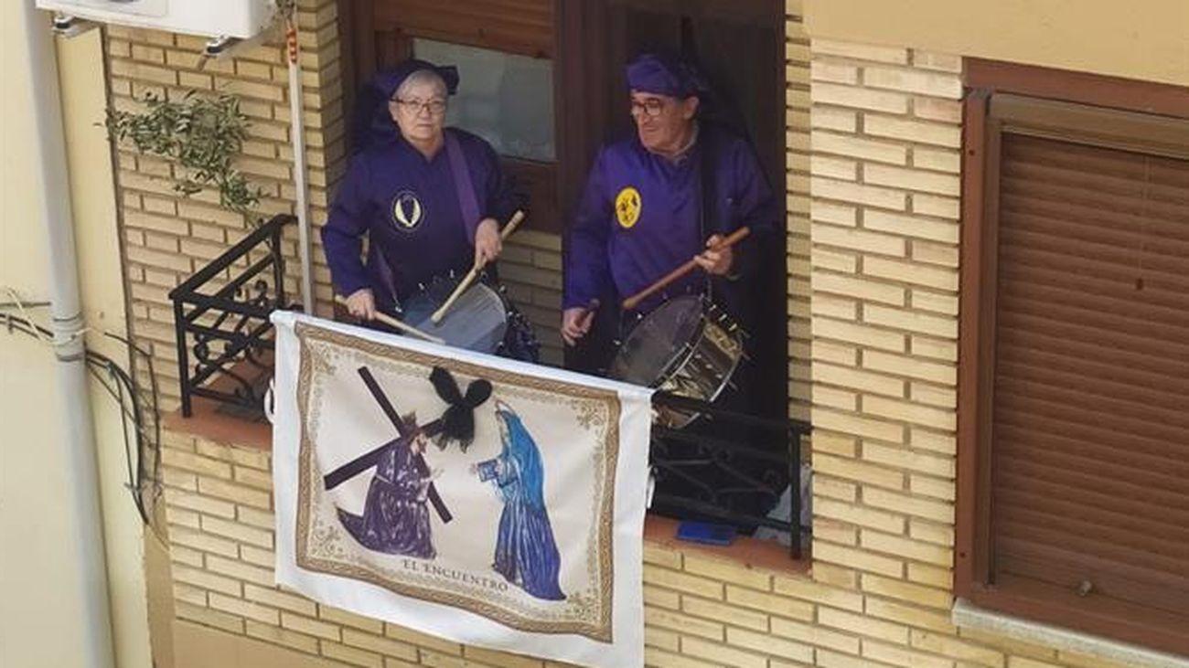 Fotografía del pasado 5 de abril que muestra a dos personas tocando el tambor en su terraza en Zaragoza