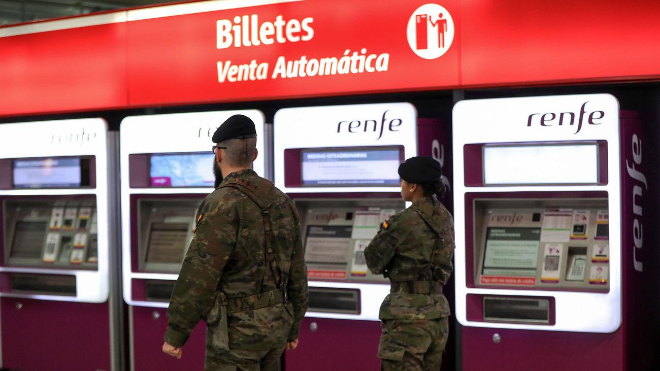 Dos militares del Ejército circulan por la estación de cercanías Madrid Puerta de Atocha durante el estado de alarma a consecuencia del coronavirus