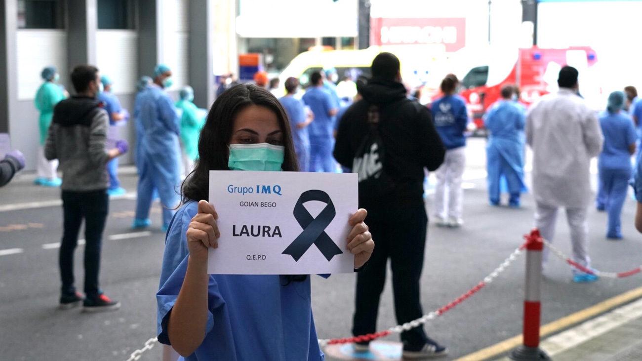 Sanitarios desplegados con carteles en recuerdo de Laura, la sanitaria fallecida contagiada de Covid-19