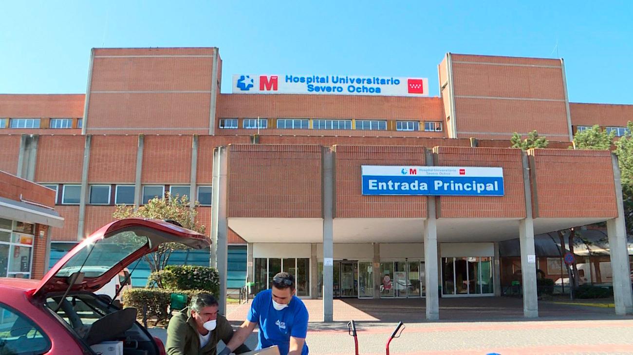 Un sanitario reparte bocadillos a la salida del hospital universitario Severo Ochoa de Leganés (Europa Press)
