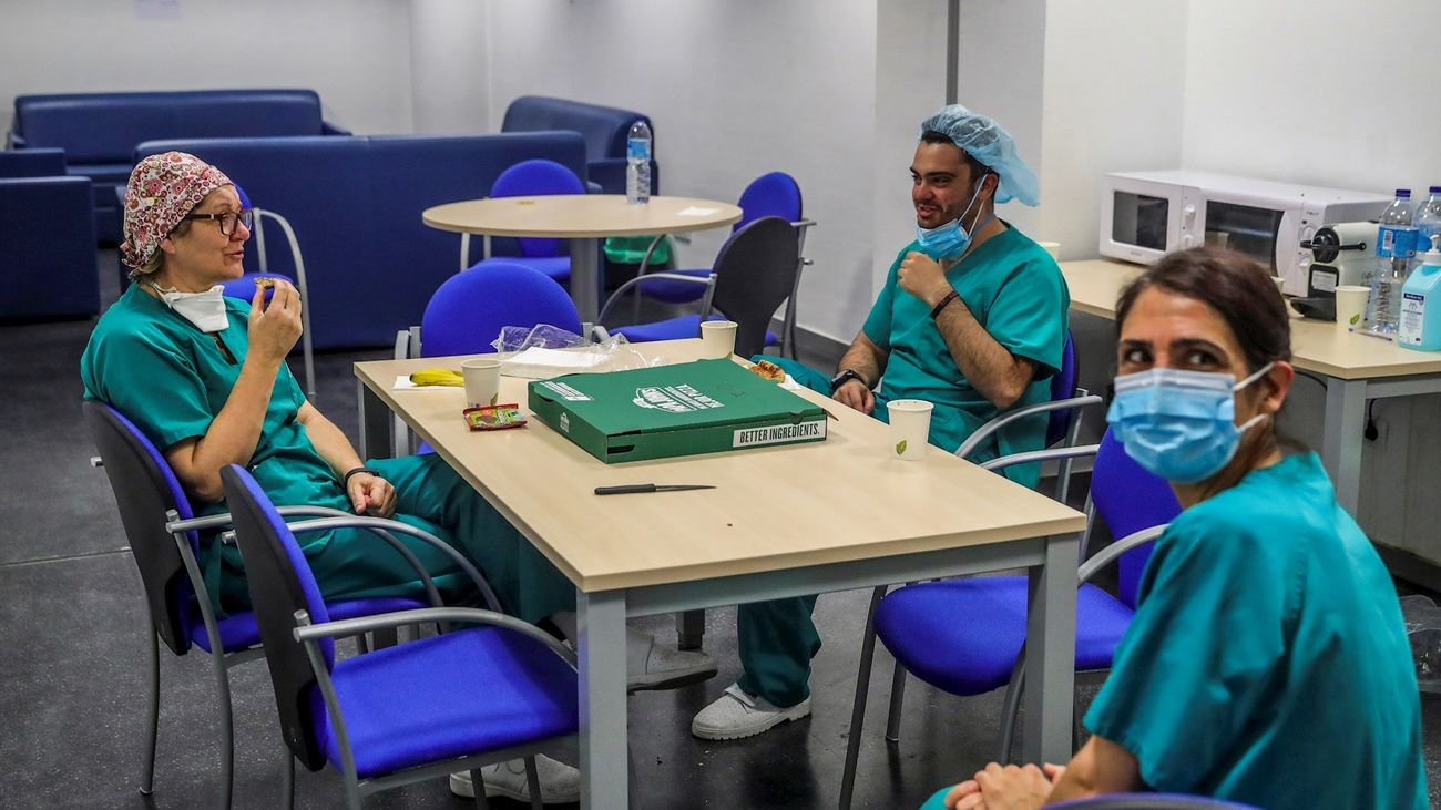 Personal sanitario del hospital Puerta de Hierro se toma un descanso durante la crisis del coronavirus