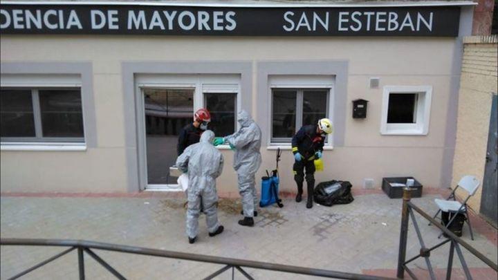 Bomberos de Fuenlabrada desinfectan el interior de residencias de mayores