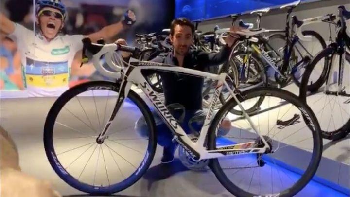 Contador subasta la bici del Tour y Giro 2011 para ayudar a Cruz Roja