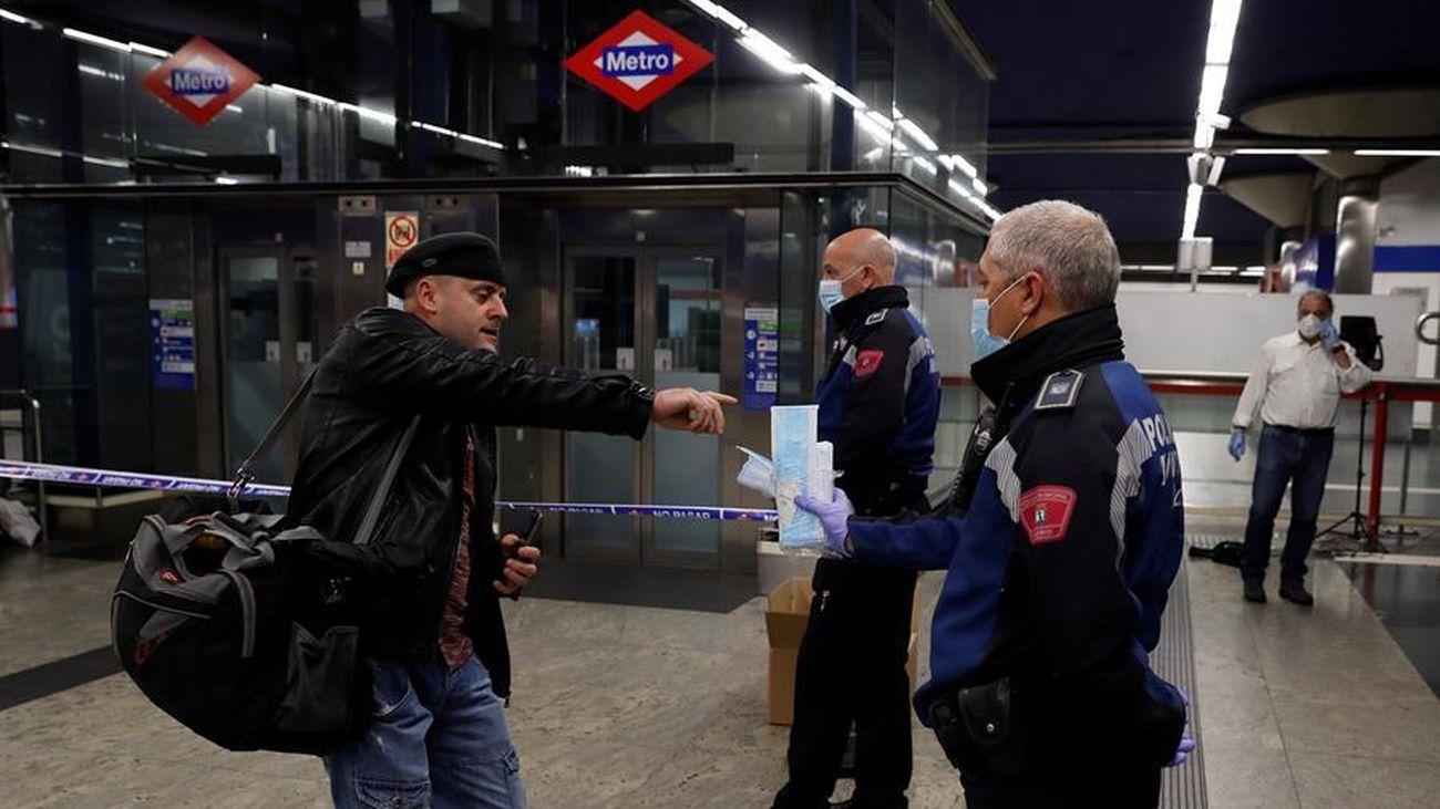 Reparto de mascarillas en el metro de Madrid