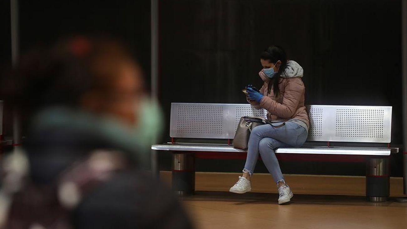 Dos personas en la estación de Atocha
