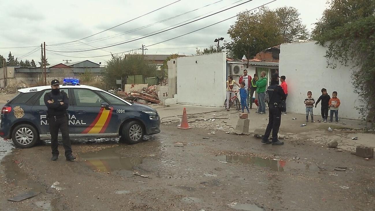Cuarentena en la Cañada Real, con la Cruz Roja dando kits de alimentación e higiene personal