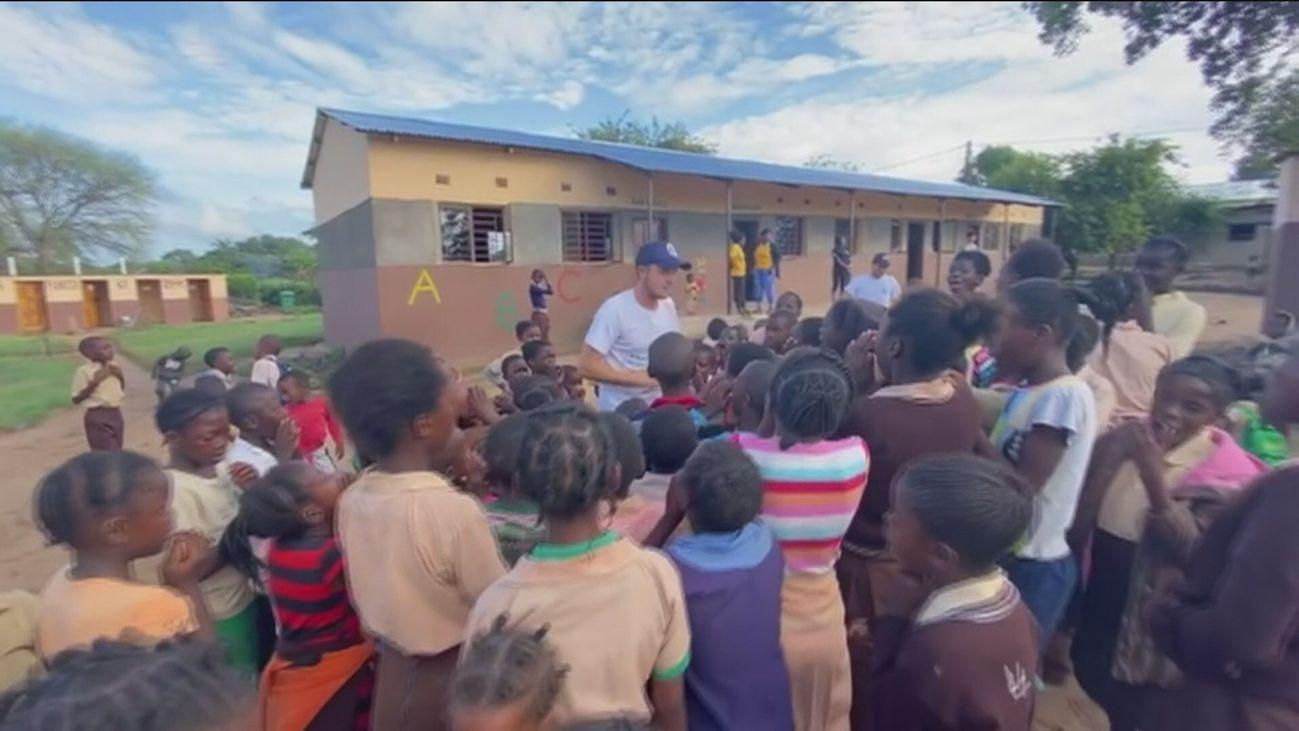 'Zapas limpias', el  proyecto benéfico de un joven futbolista madrileño en África