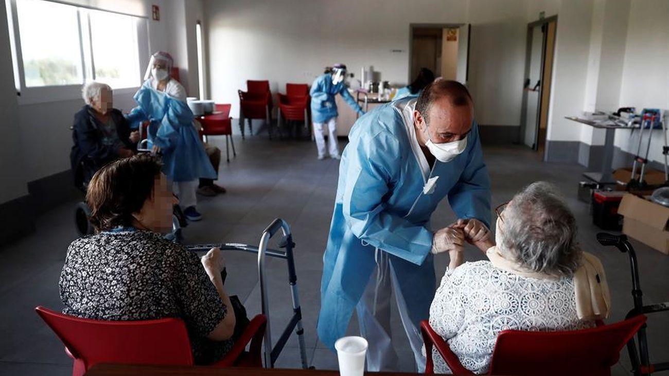 Un sanitario atiende a los ancianos alojados en la residencia Casablanca, en el barrio madrileño de Villaverde