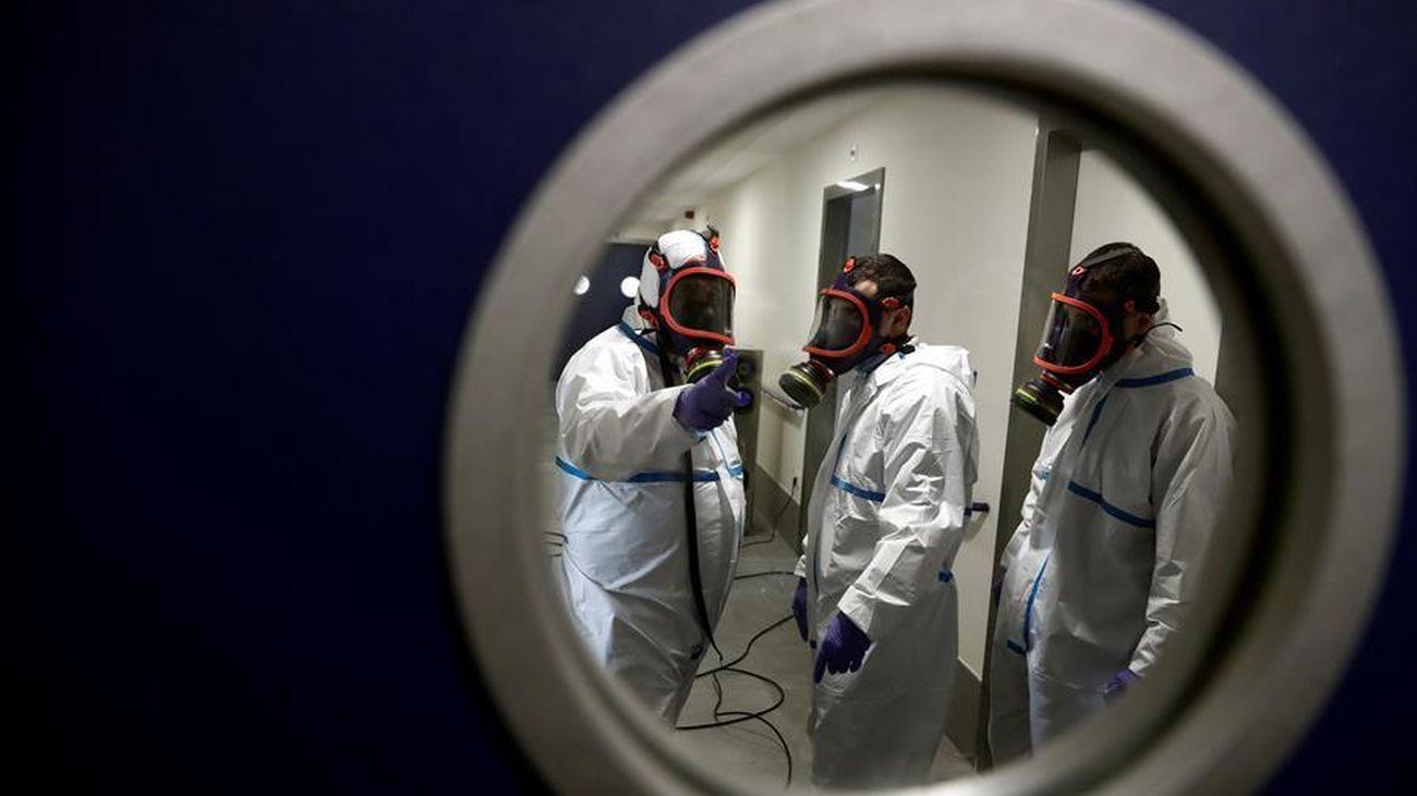 Operarios trabajan en la desinfección con ozono de una residencia de Madrid