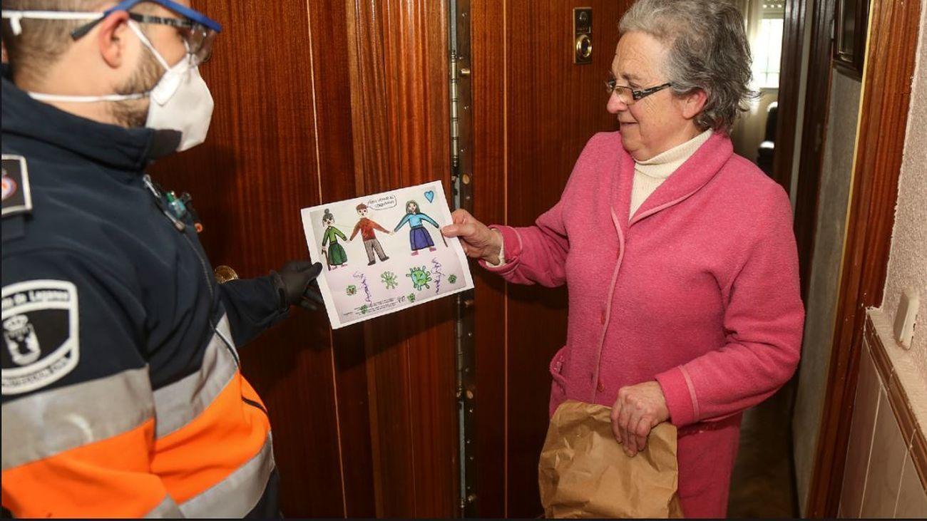 Protección Civil entrega dibujos a los mayores que viven solos