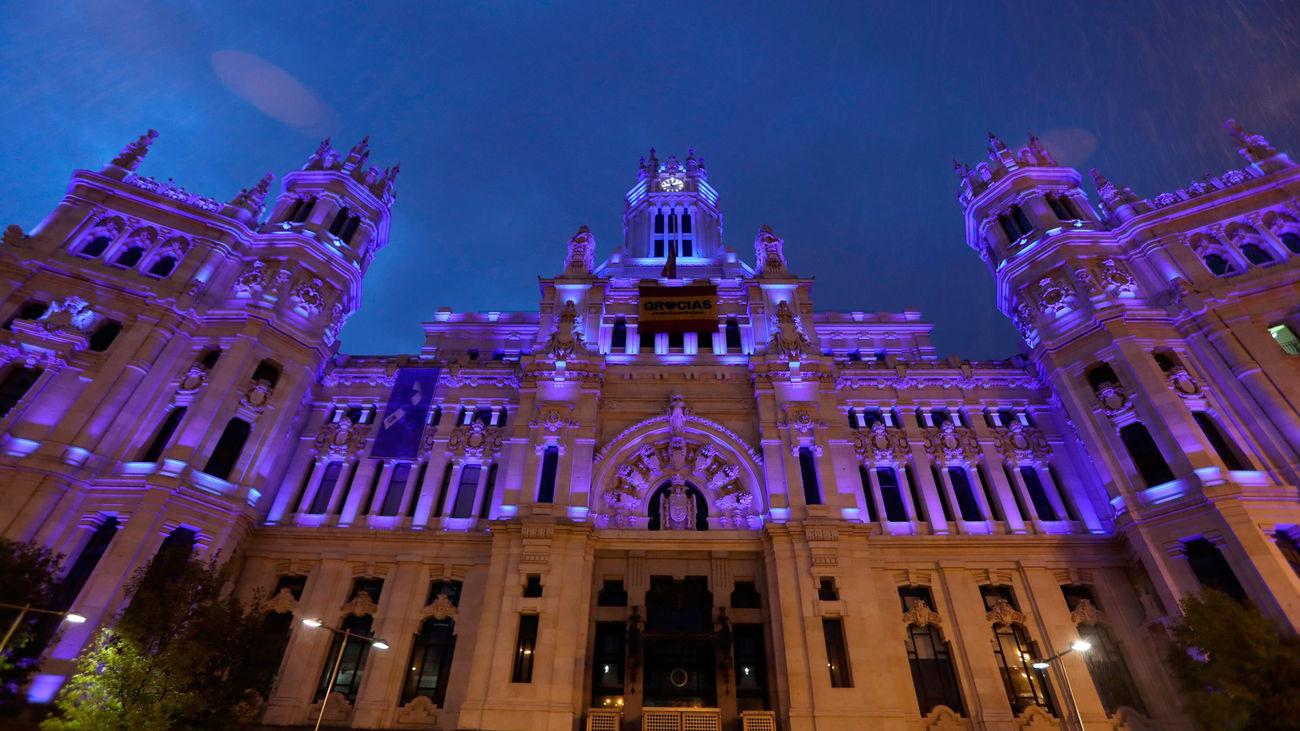 El Ayuntamiento de Madrid se tiñe de azul para homenajear a quienes trabajan en primera línea frente al coronavirus