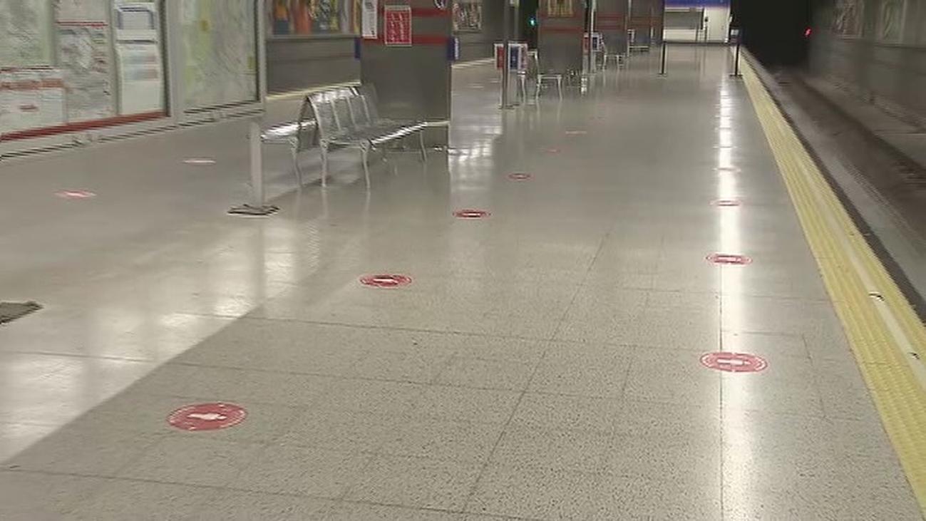 Metro de Madrid ya marca la distancia que hay que mantener para evitar contagios de coronavirus