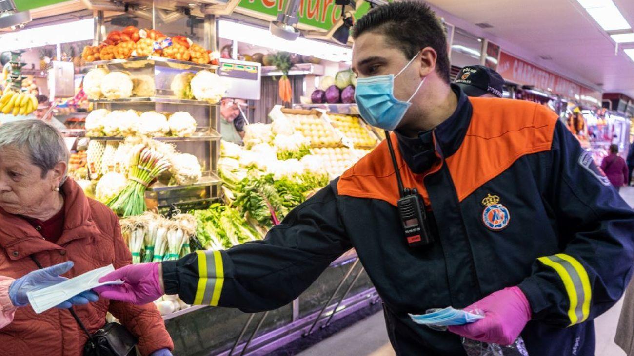 Reparto de mascarillas en un mercado de Móstoles