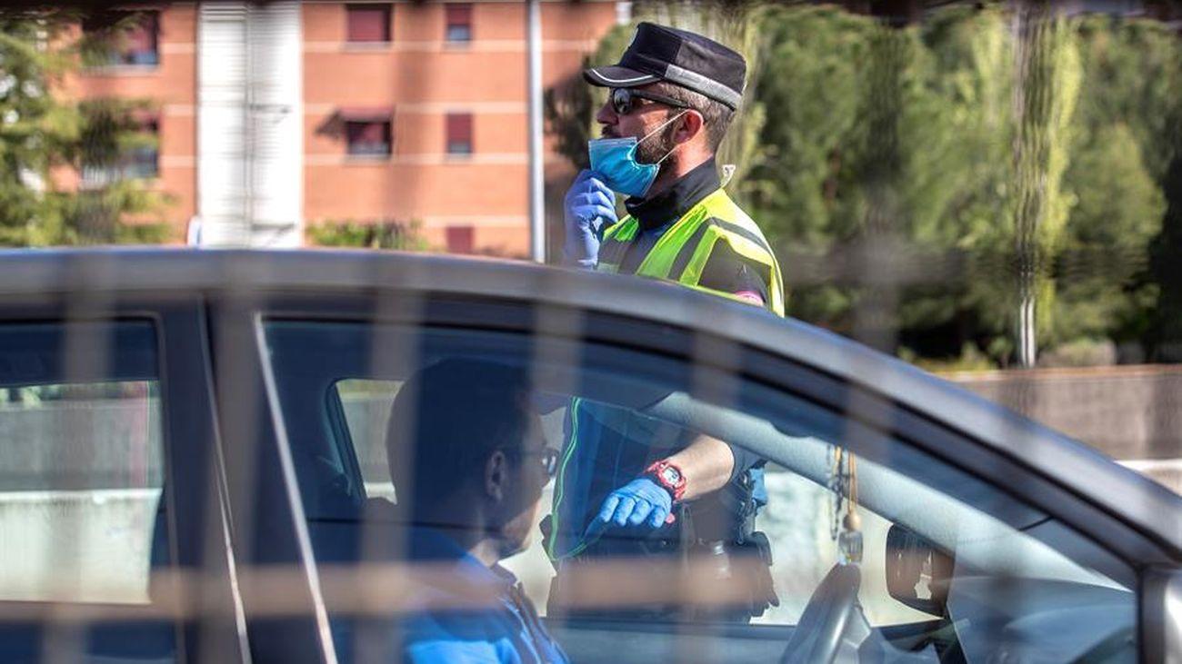 Miembros de la policía municipal de Madrid realizan un control de carretera para evitar el desplazamiento a segundas residencias