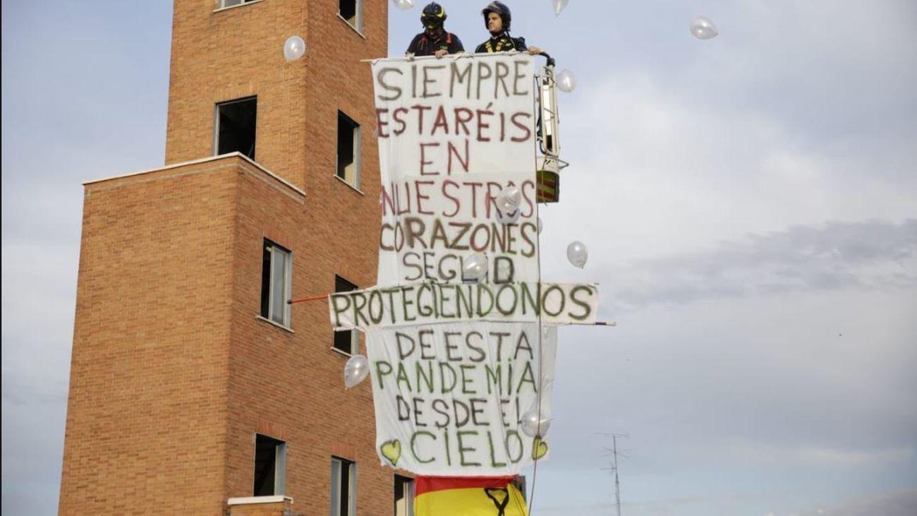 Emotivo homenaje de los bomberos de Madrid en Usersa a los fallecidos por coronavirus