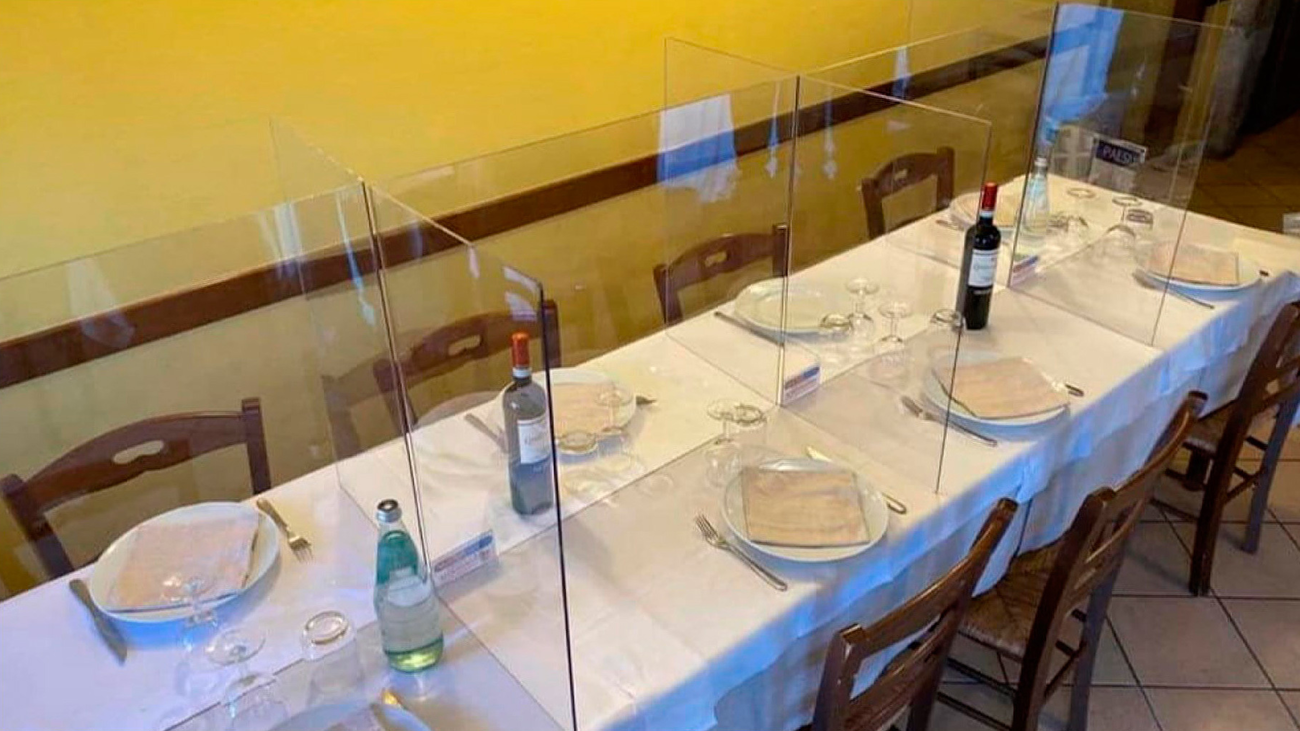 Mamparas de metacrilato en restaurantes de Madrid para separar a los comensales