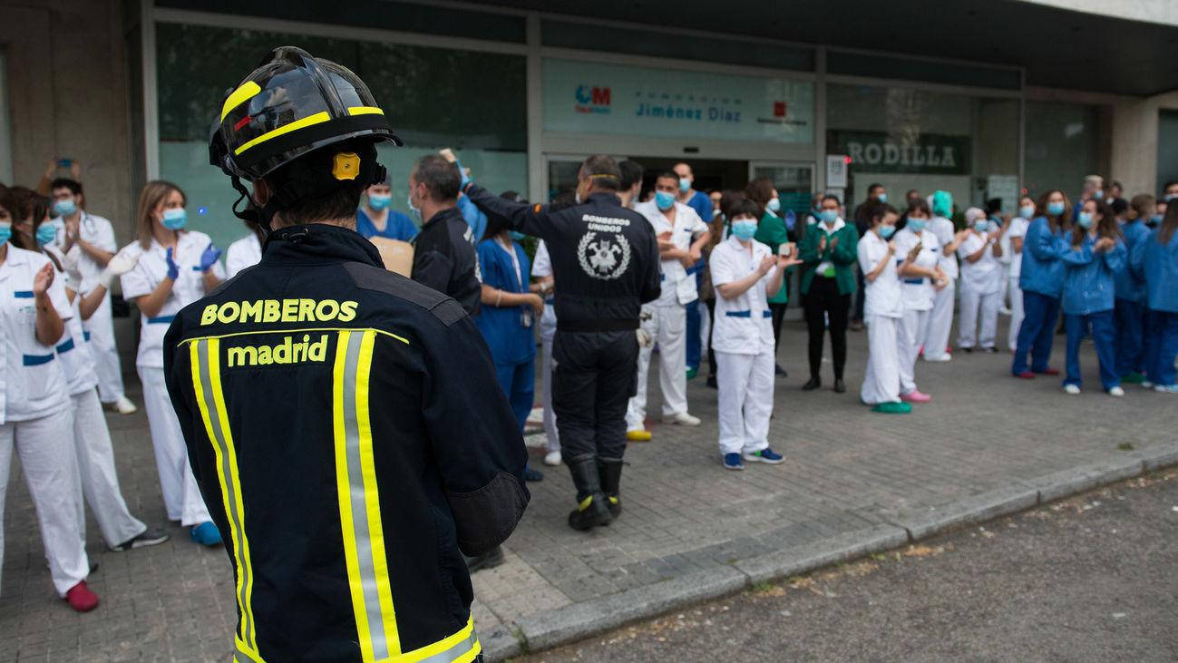 Los Bomberos homenajean al personal sanitario de la Fundación Jiménez Díaz