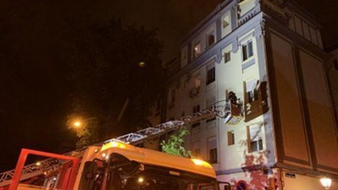 Rescate de los bomberos en el incendio del Paseo de la Chopera