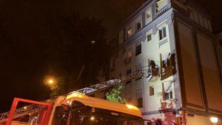 Una familia hospitalizada y 12 personas atendidas en un incendio en el Paseo de la Chopera