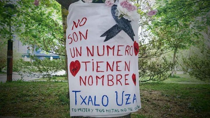 """Camisetas en árboles para recordar a los fallecidos por el coronavirus: """"No son un número, tienen nombre"""""""