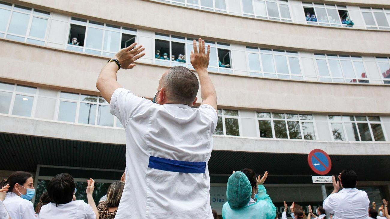 Sanitarios de la Fundación Jiménez Díaz saludan a los pacientes