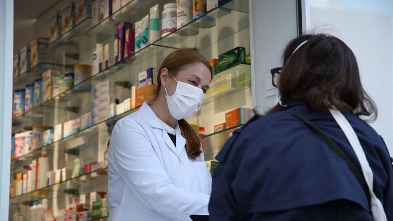 Una farmacéutica de Madrid atiende a una persona
