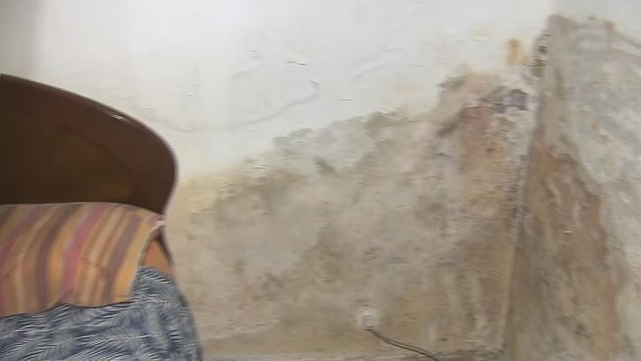 Situación insostenible para una familia de Vallecas confinada en un minipiso lleno de humedades