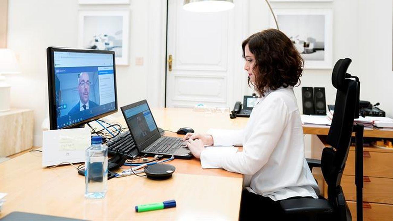 La presidenta de la Comunidad de Madrid, Isabel Díaz Ayuso, en su despacho de la Real Casa de Correos, durante el pleno telemático de la Asamblea de Madrid de sesión de control al Gobierno