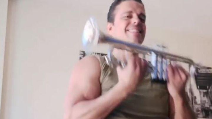 La música de trompeta que anima a muchos vecinos de Carabanchel