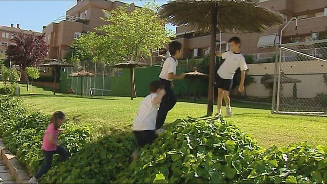 Varios niños en una urbanización de vecinos