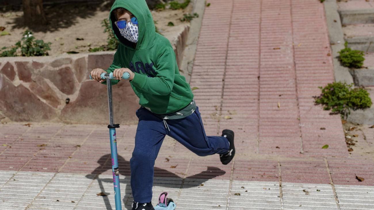 Niño con patinete en su primer día de paseo libre durante el estado de  alarma