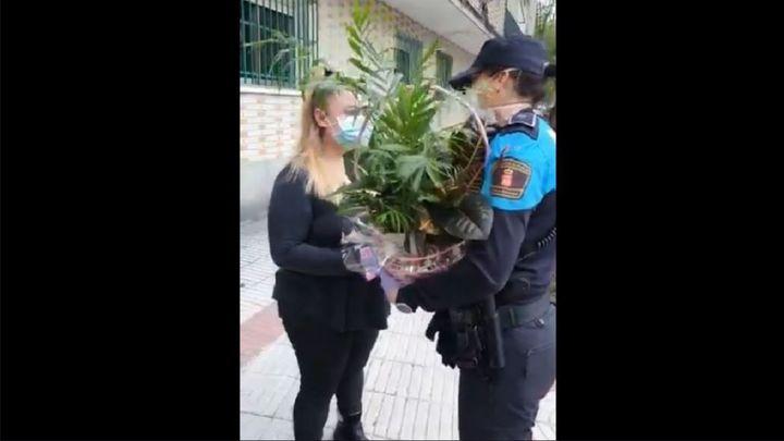 La Policía de Alcorcón homenajea a una sanitaria que sufrió la ira de un vecino