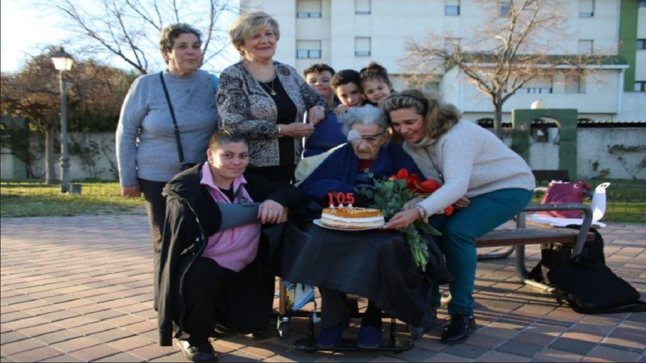 Antonia Pachón junto su familia