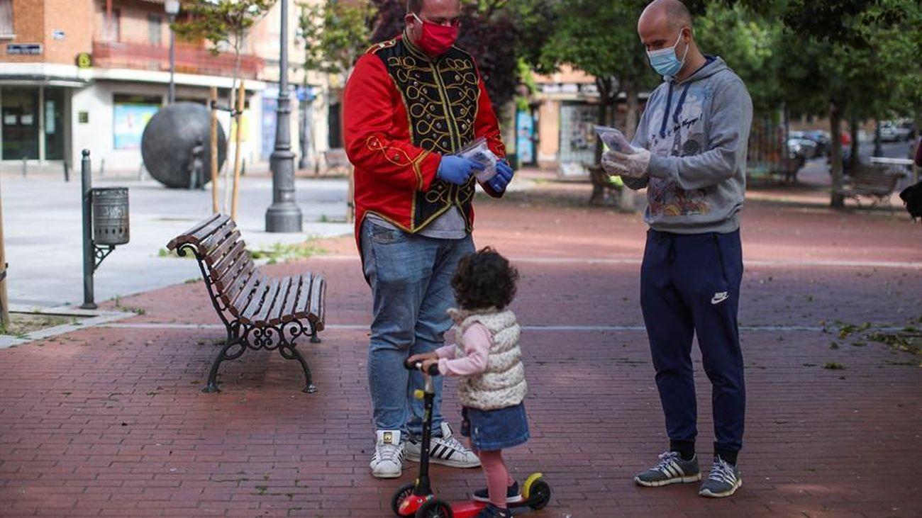 Dos hombres junto a una niña en Madrid