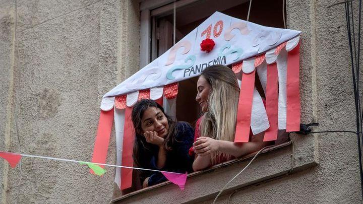 Dos vecinas de la calle María Panes disfrutan de su particular Feria de Abril