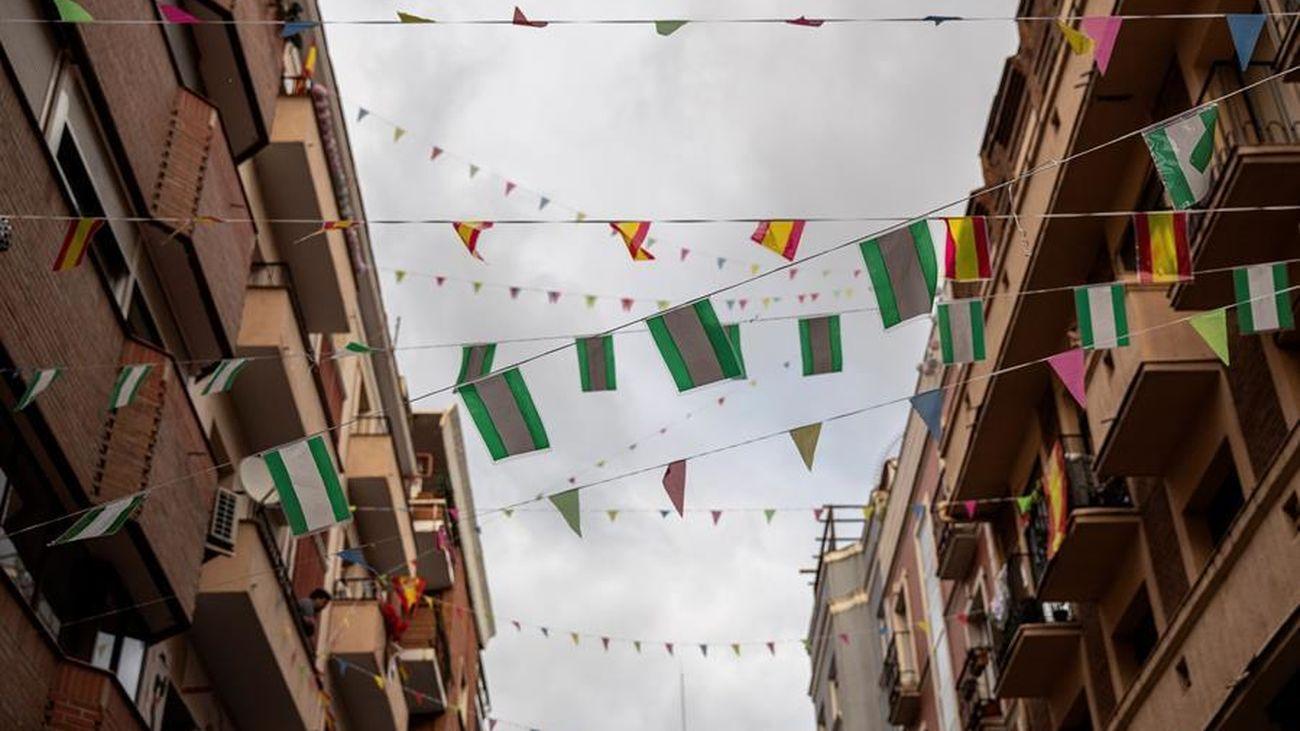 Vecinos de la calle María Panes de Madrid han decorado sus balcones con motivo de la Feria de Abril de Sevilla, cancelada este año debido a la pandemia del coronavirus